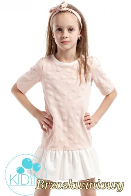 Dziewczęca sukienka z nadrukiem w wystające serduszka - brzoskwiniowa