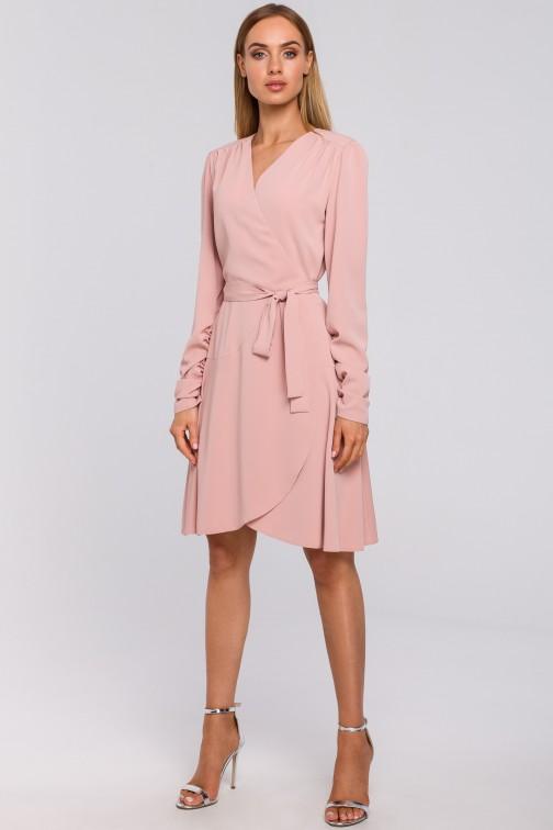 Sukienka na zakładkę wiązana w pasie - pudrowa