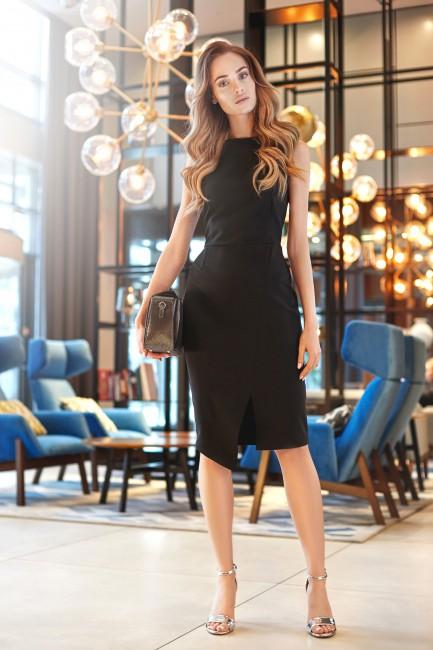 Sukienka z asymetrycznym rozcięciem z przodu - czarna
