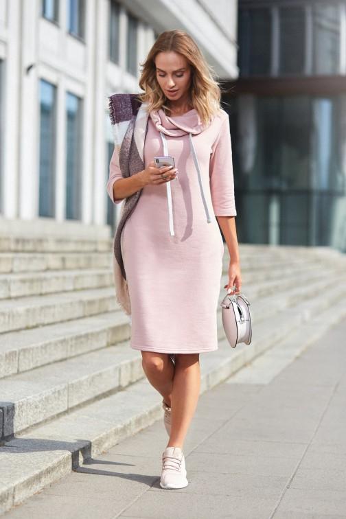 Prosta sukienka dresowa z kołnierzem - pudrowa