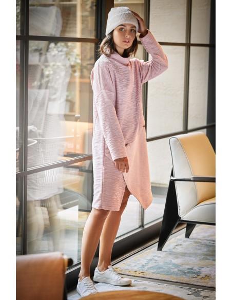 Sukienka z asymetrycznym przeszyciem na przodzie - pudrowa